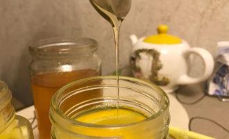 Добавление мёда в чай