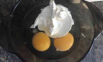 Творожный сыр и яйца