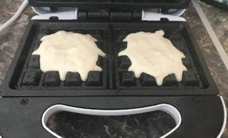 Выпекание венских вафель из сыра