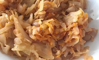 Тушёная капуста с консервированной фасолью