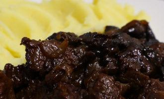 Тушёная говядина с черносливом на сковороде