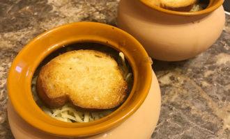 Луковый суп с багетом и сыром