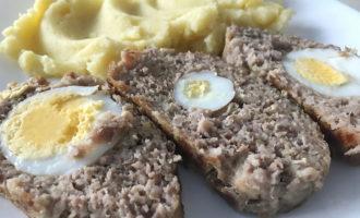 Мясные хлебцы с яйцом