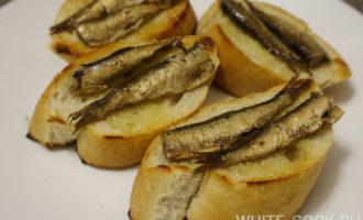 Бутерброды из багета со шпротами